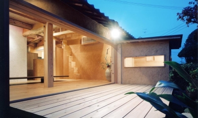 中庭のある自宅兼そば屋|木造リノベーション (大開口により広間と一体化する中庭デッキ03)