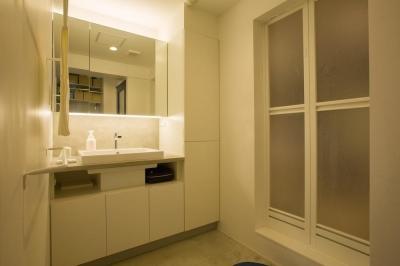 洗面脱衣室もスッキリ!充実の収納 (スープの冷めない距離がいい 子育てしやすい団地リノベーション)