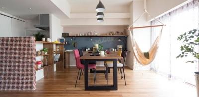 風を感じるリノベーション エコミックススタイル (対面式キッチンのある広々としたLDK)