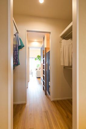 風を感じるリノベーション エコミックススタイルの部屋 住戸全体に風が通り抜けるウインドスルークローゼット