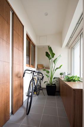 風を感じるリノベーション エコミックススタイルの部屋 木製窓を通じて寝室とゆるやかにつながる土間スペース