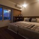 間接照明が優しい夜の寝室