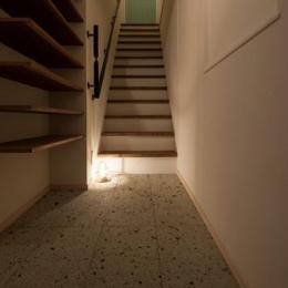 風や光の通り道を創り、心地良い時間を楽しむ暮らし (玄関から階段を上がると住居スペースに)