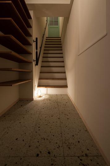 風や光の通り道を創り、心地良い時間を楽しむ暮らしの写真 玄関から階段を上がると住居スペースに