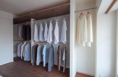 衣類もたっぷり収納できる大型クロゼット (風や光の通り道を創り、心地良い時間を楽しむ暮らし)