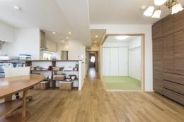 2つの風の通り道&自然素材の心地よさ (LDKと和室を一体化し、開放感溢れるリビングに)