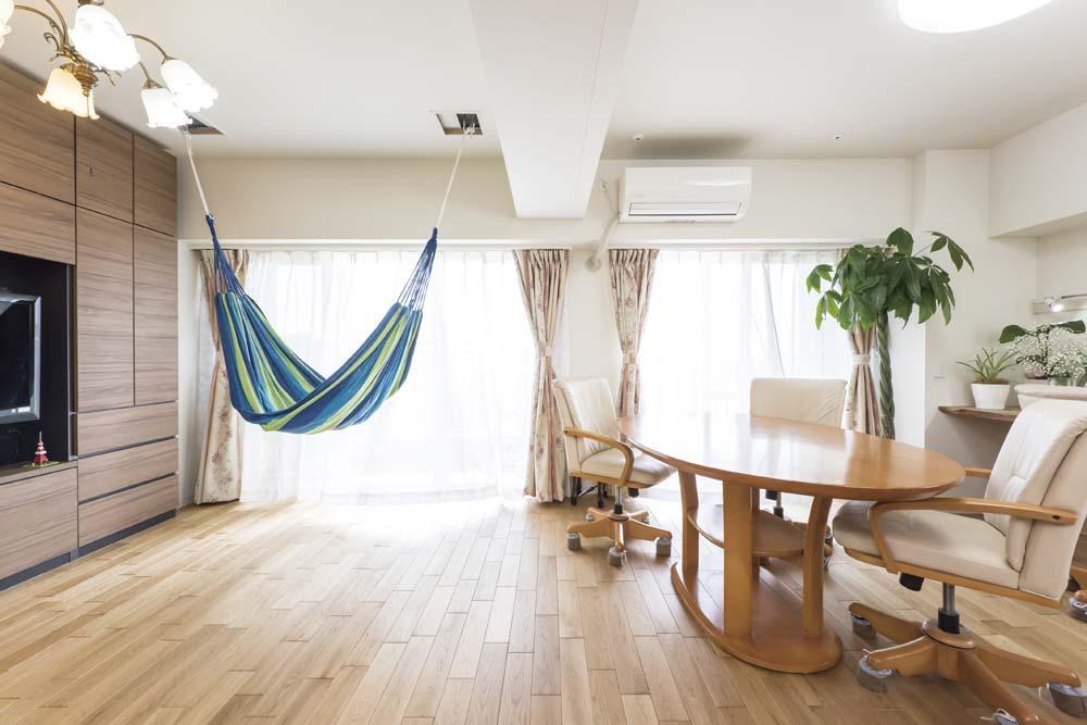 2つの風の通り道&自然素材の心地よさの部屋 自然光が差し込むハンモックのあるリビング