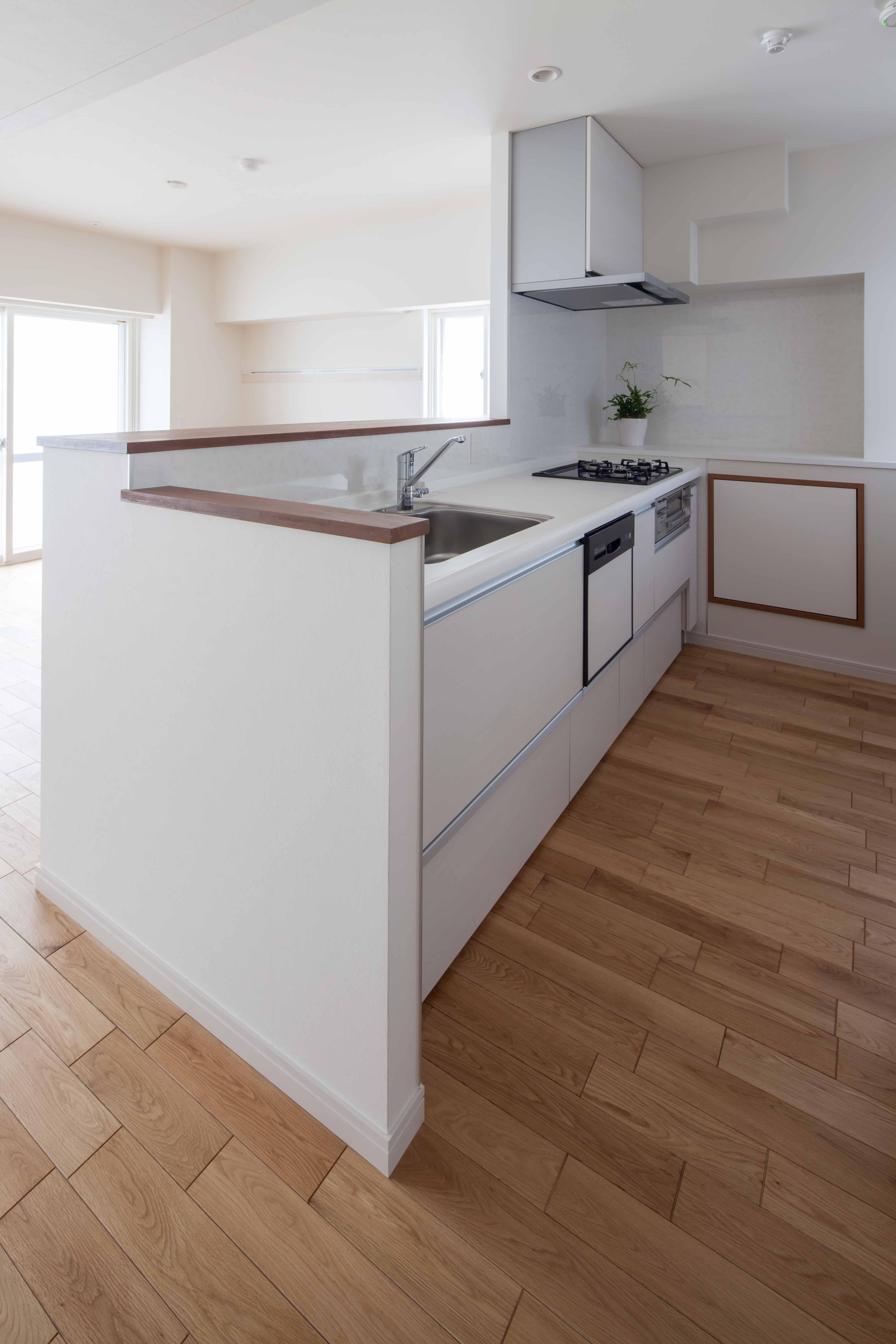 2つの風の通り道&自然素材の心地よさの写真 キッチンは風通しよく、明るいオープン型のカウンタータイプ