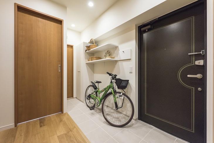 2つの風の通り道&自然素材の心地よさの部屋 玄関には土間を設け広々空間