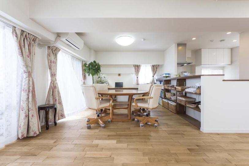 2つの風の通り道&自然素材の心地よさの部屋 ナラ材の床など自然素材が心地よいダイニング
