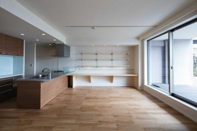 ルーフバルコニーを生かす広いリビングと開放性のある心地よいパウダールームのある家 (両面バルコニーの特徴を最大限生かすために考えた広いリビング)