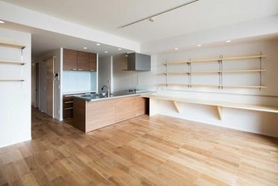 床はナラの無垢材を使ったリビングダイニング (ルーフバルコニーを生かす広いリビングと開放性のある心地よいパウダールームのある家)