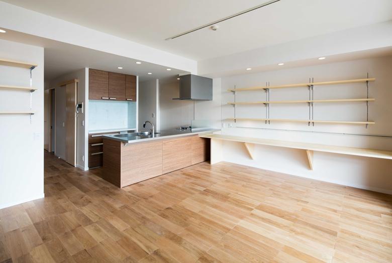 ルーフバルコニーを生かす広いリビングと開放性のある心地よいパウダールームのある家の部屋 床はナラの無垢材を使ったリビングダイニング