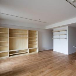 ルーフバルコニーを生かす広いリビングと開放性のある心地よいパウダールームのある家
