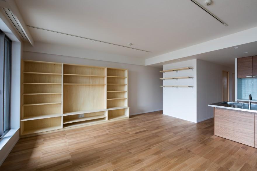 ルーフバルコニーを生かす広いリビングと開放性のある心地よいパウダールームのある家の部屋 収納たっぷりの空間