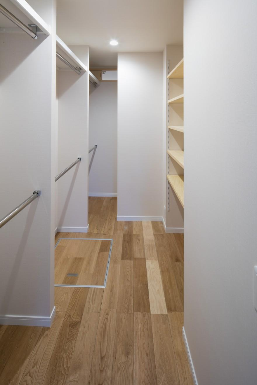 ルーフバルコニーを生かす広いリビングと開放性のある心地よいパウダールームのある家の部屋 広々した収納スペース