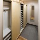 棚の位置を変えられる玄関収納