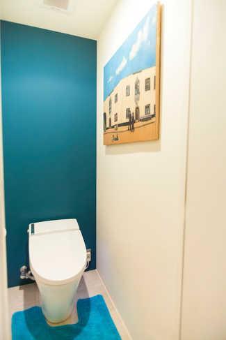 全部取っ払ってワンルームにしてみたらの部屋 ブルーの壁が落ち着くトイレ