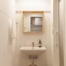 """自然体が心地よい""""自分たちだけの空間""""の写真 コンパクトな洗面台"""