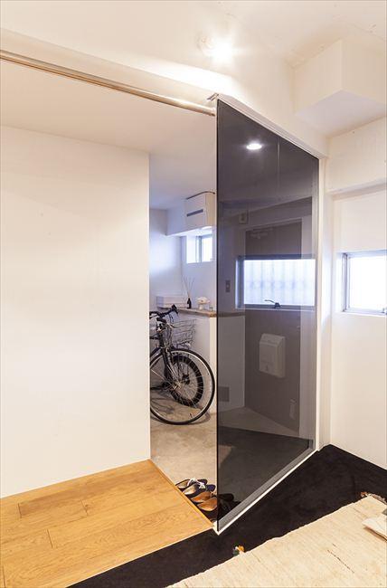 """玄関事例:自転車も置ける、玄関土間(自然体が心地よい""""自分たちだけの空間"""")"""
