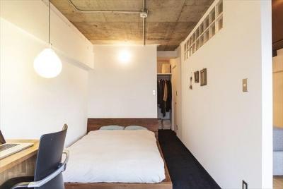 """自然体が心地よい""""自分たちだけの空間"""" (白く塗る予定だった寝室の天井を「塗りかけのまま」に)"""
