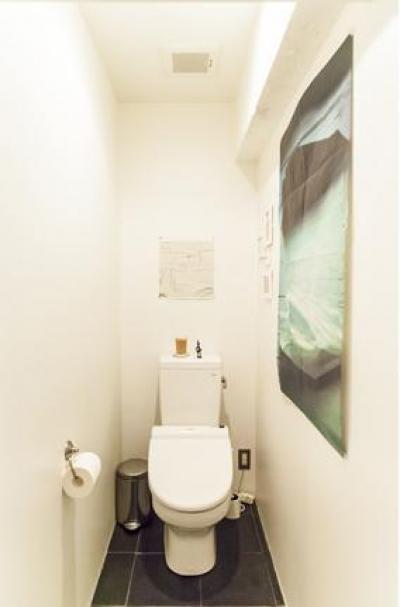 """シンプルなトイレ (一枚の壁が生み出す""""ぐるりな家"""")"""