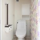 廊下と同じ床高さのバリアフリーのトイレ