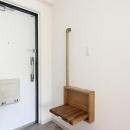 寝屋川市 O様邸|マンション全面リノベーション工事の写真 玄関にある手すり付収納ベンチ