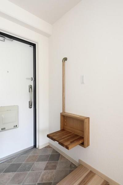 寝屋川市 O様邸|マンション全面リノベーション工事 (玄関にある手すり付収納ベンチ)