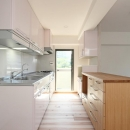 全体のイメージに馴染む優しいピンク色のキッチン
