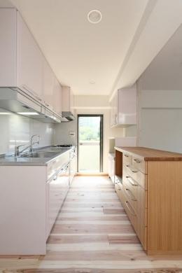 寝屋川市 O様邸|マンション全面リノベーション工事 (全体のイメージに馴染む優しいピンク色のキッチン)