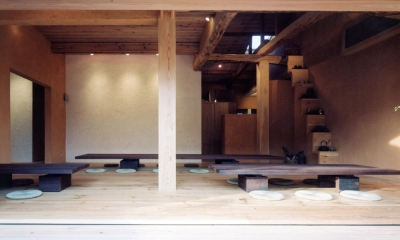 中庭のある自宅兼そば屋|木造リノベーション (自然素材に包まれた広間01 古材テーブル・古材床・土壁)