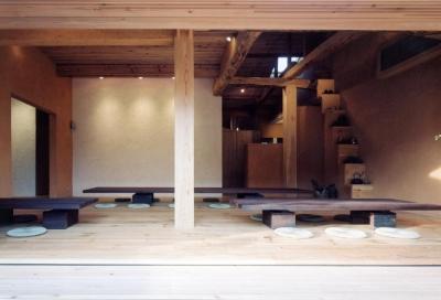 自然素材に包まれた広間01 古材テーブル・古材床・土壁 (中庭のある自宅兼そば屋|木造リノベーション)
