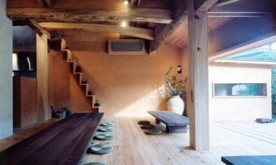自然素材に包まれた広間02 古材テーブル・古材床・土壁|中庭のある自宅兼そば屋|木造リノベーション