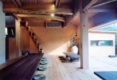 中庭のある自宅兼そば屋|木造リノベーション (自然素材に包まれた広間02 古材テーブル・古材床・土壁)