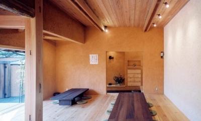 中庭のある自宅兼そば屋|木造リノベーション (自然素材に包まれた広間03 中庭・通り庭で繋がる)