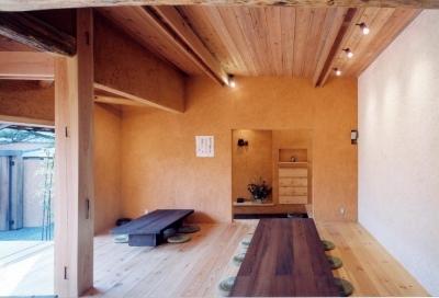 自然素材に包まれた広間03 中庭・通り庭で繋がる (中庭のある自宅兼そば屋|木造リノベーション)