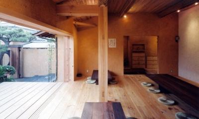 中庭のある自宅兼そば屋|木造リノベーション (自然素材に包まれた広間04 中庭・通り庭で繋がる)