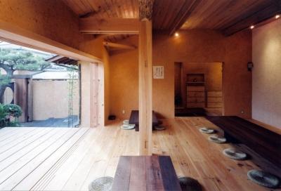 自然素材に包まれた広間04 中庭・通り庭で繋がる (中庭のある自宅兼そば屋|木造リノベーション)