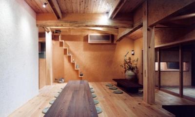 中庭のある自宅兼そば屋|木造リノベーション (自然素材に包まれた広間05 木製ガラス引き込み戸)