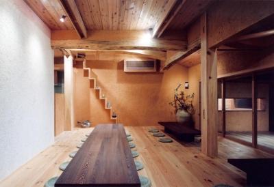 自然素材に包まれた広間05 木製ガラス引き込み戸 (中庭のある自宅兼そば屋|木造リノベーション)