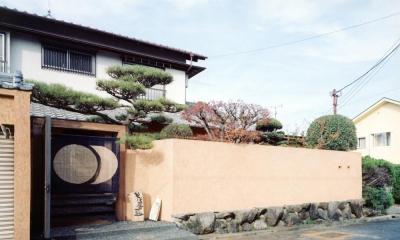 中庭のある自宅兼そば屋|木造リノベーション (土壁の塀・枕木と古材の門に手染の暖簾01)