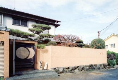 土壁の塀・枕木と古材の門に手染の暖簾01 (中庭のある自宅兼そば屋|木造リノベーション)