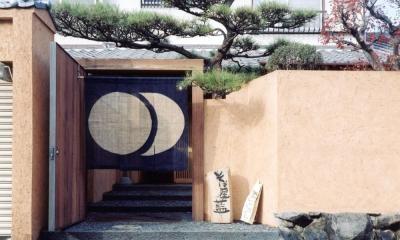 中庭のある自宅兼そば屋|木造リノベーション (土壁の塀・枕木と古材の門に手染の暖簾02)