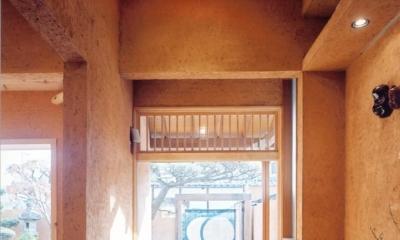 中庭のある自宅兼そば屋|木造リノベーション (街路と繋がる路地空間・通り庭01 暖簾の先)