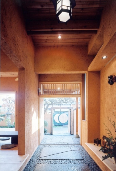 街路と繋がる路地空間・通り庭01 暖簾の先 (中庭のある自宅兼そば屋|木造リノベーション)