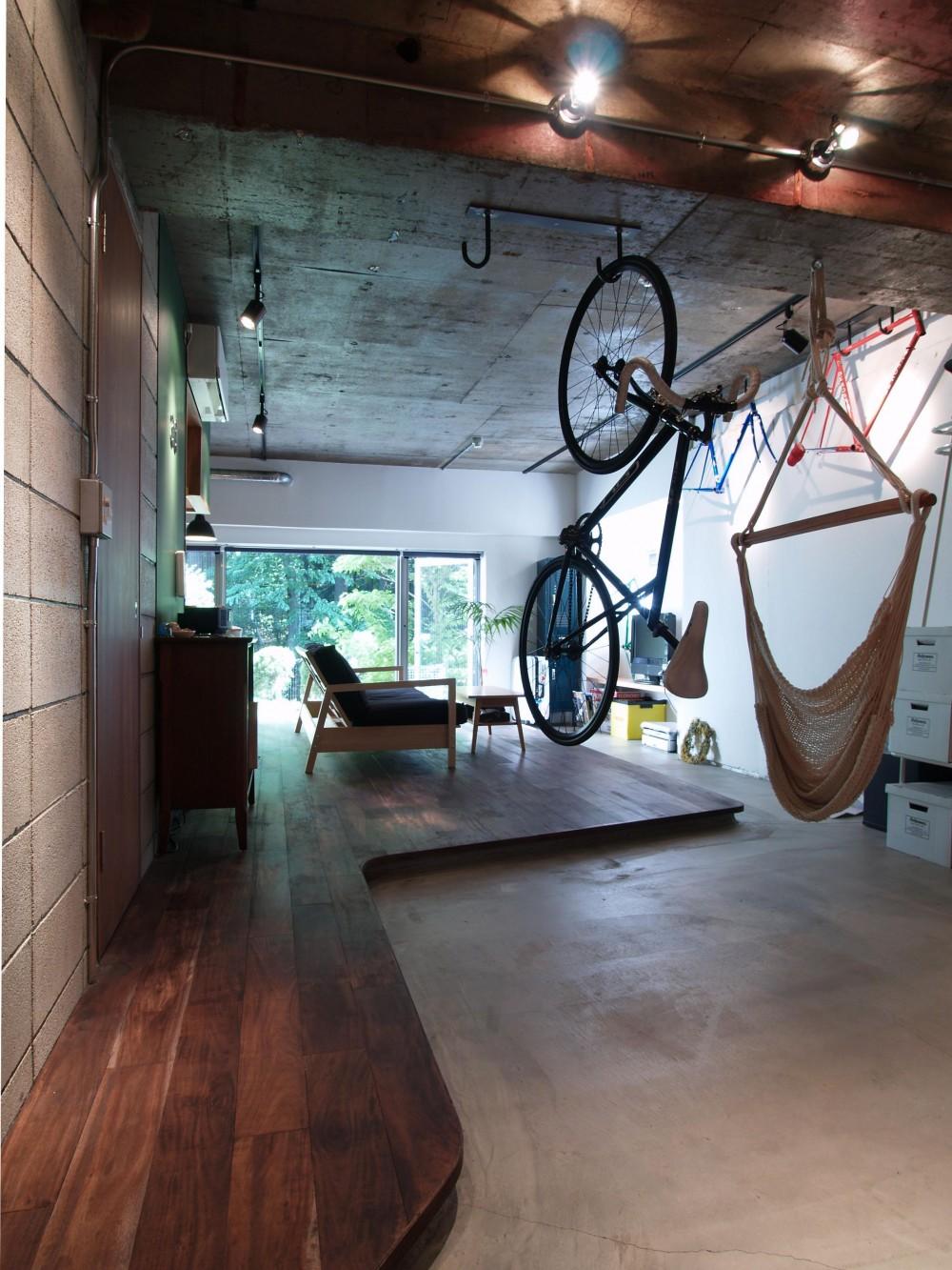 ブルースタジオ「COSTA—部屋の真ん中に自転車を吊るして」