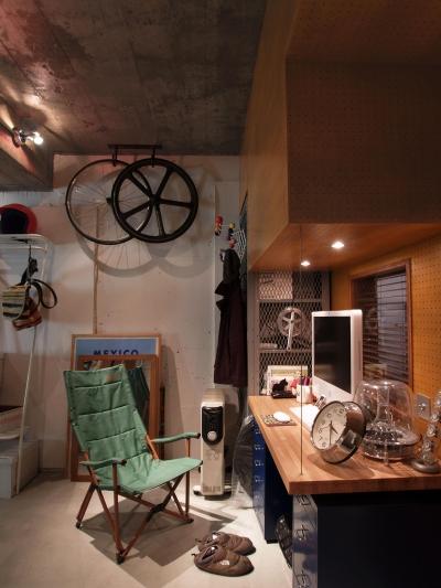 ワークスペース (COSTA—部屋の真ん中に自転車を吊るして)