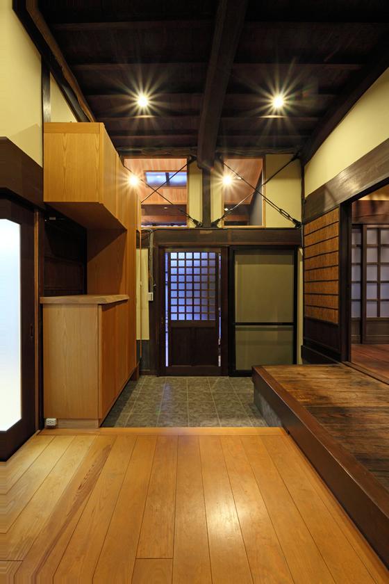 枚方市 T様邸蔵と母屋のリノベーション工事の写真 光が差し込む玄関