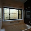 枚方市 T様邸蔵と母屋のリノベーション工事の写真 坪庭が見える浴室